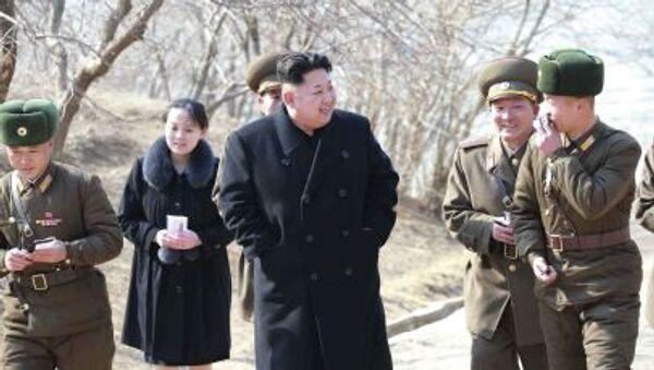 Nhà lãnh đạo CHDCND Triều Tiên Kim Jong-un với em gái Kim Yo-jong - Sputnik Việt Nam