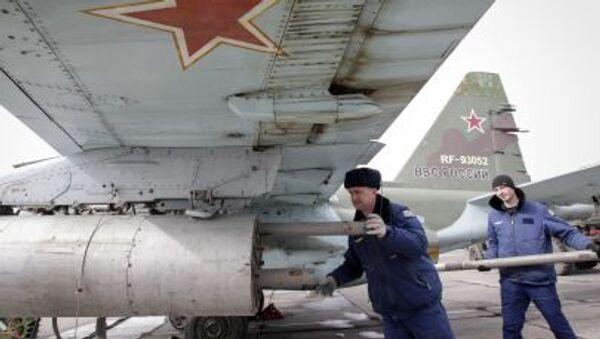 Военнослужащий устанавливает ракету воздух-земля на штурмовике Су-25 во время военных учений ВВС России в Ставропольском крае - Sputnik Việt Nam