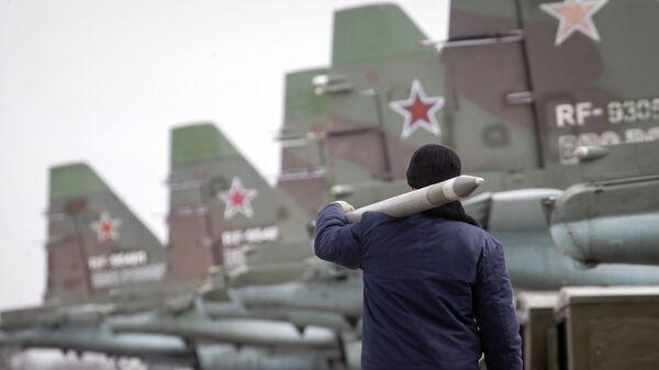 Военнослужащий несет ракету воздух-земля - Sputnik Việt Nam