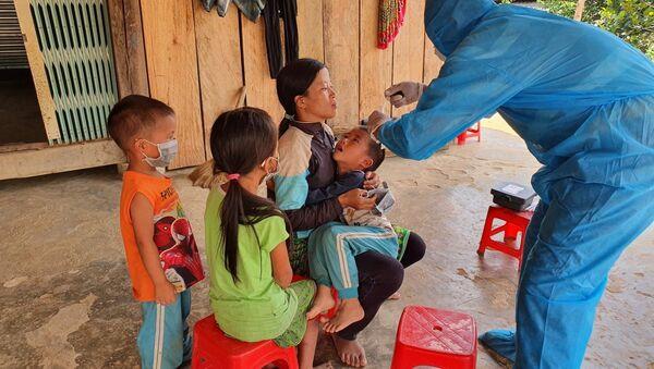 Nhân viên Y tế lấy mẫu xét nghiệm bạch hầu tại thôn 7, xã Cư Króa, huyện M'Đrắk. - Sputnik Việt Nam
