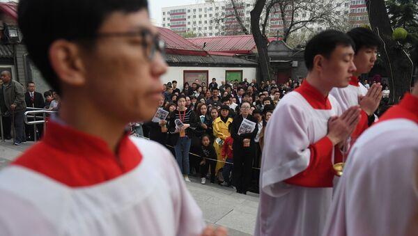 Người Công giáo tham dự thánh lễ vào Thứ Bảy Thánh, một phần của lễ Phục sinh tại chính quyền Bắc Kinh bị chính quyền Bắc Kinh trừng phạt - Sputnik Việt Nam