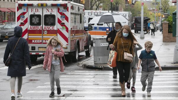 Những người gần xe cứu thương trên đường phố ở New York. - Sputnik Việt Nam