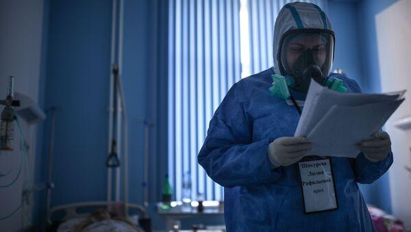 Bác sĩ trong một lần đi bộ trong bệnh viện để điều trị nhiễm coronavirus COVID-19 ở Moscow - Sputnik Việt Nam