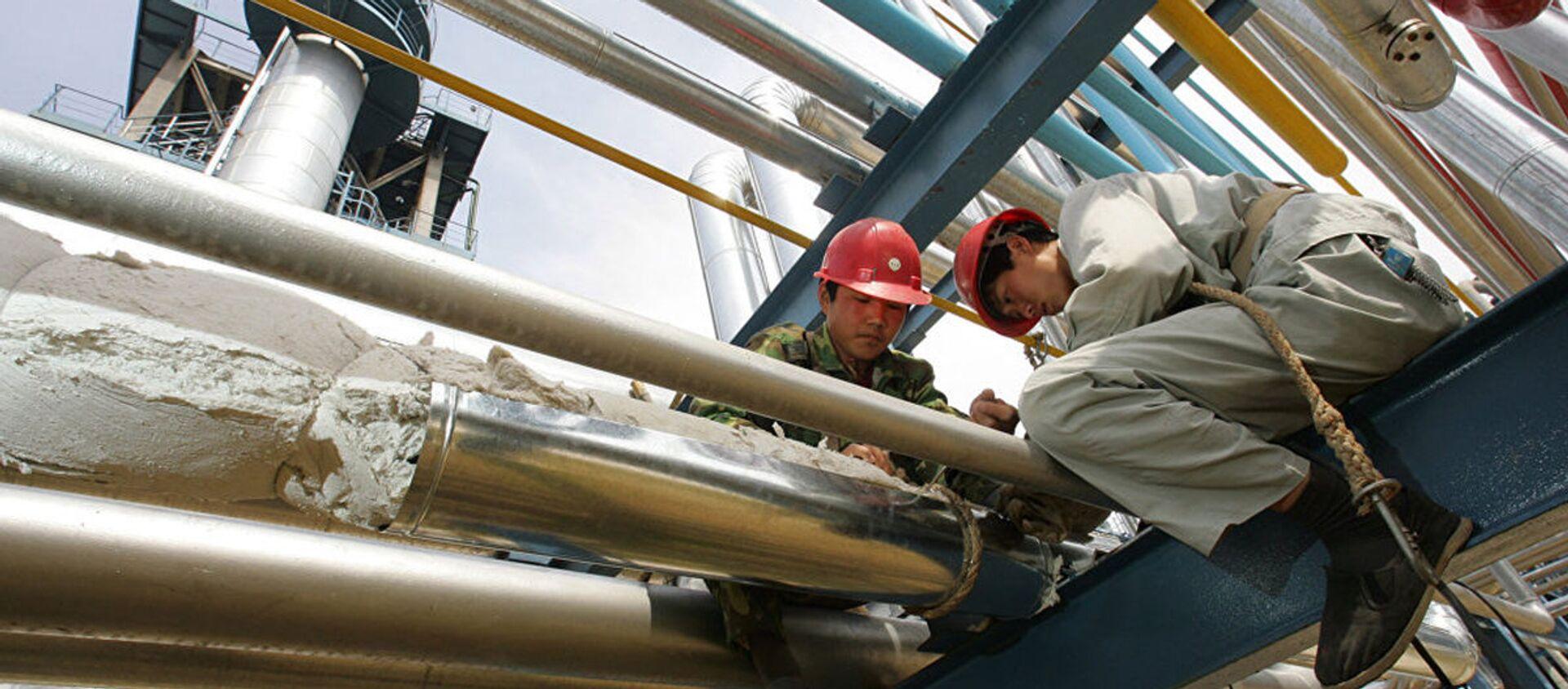Công nhân sửa chữa đường ống tại nhà máy Yanlian ở Yanan - Sputnik Việt Nam, 1920, 23.11.2020