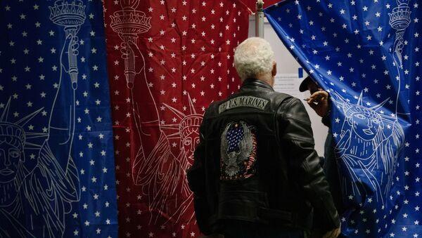 Cư dân địa phương tại một trạm bỏ phiếu trong các cuộc bầu cử sơ bộ ở Manchester, New Hampshire. - Sputnik Việt Nam