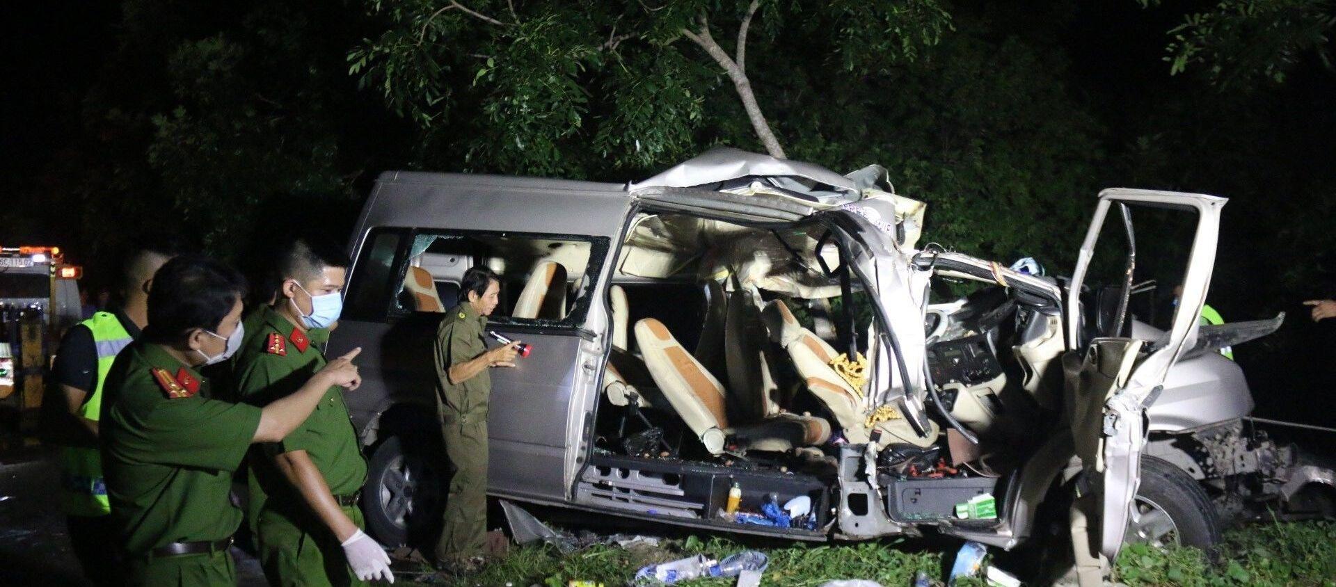 Các lực lượng khám nghiệm hiện trường, điều tra nguyên nhân vụ tai nạn. - Sputnik Việt Nam, 1920, 21.07.2020