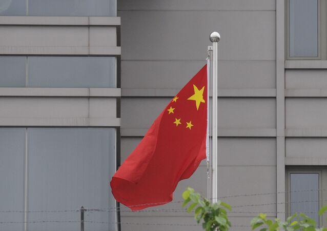 Cờ trong khuôn viên của Tổng lãnh sự quán Trung Quốc tại Houston