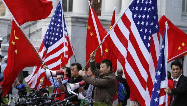 Dân vẫy cờ Mỹ và Trung Quốc - Sputnik Việt Nam