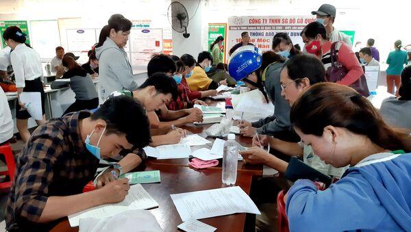 Người lao động mất việc làm đăng ký nhận trợ cấp thất nghiệp tại Trung tâm Dịch vụ việc làm tỉnh Bình Dương. - Sputnik Việt Nam