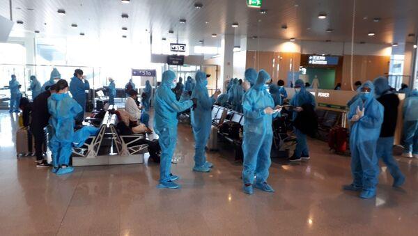Công dân Việt Nam chờ lên máy bay để về nước - Sputnik Việt Nam