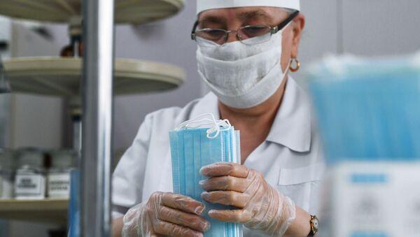 Một nhân viên của nhà thuốc số 6 chuẩn bị mặt nạ y tế dùng một lần trong các gói - Sputnik Việt Nam
