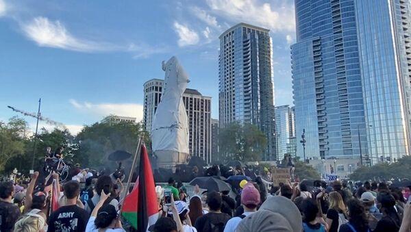 Các nhà chức trách ở thành phố Chicago đã đưa ra khỏi công viên thành phố tượng đài người phát hiện ra nước Mỹ Christopher Columbus - Sputnik Việt Nam