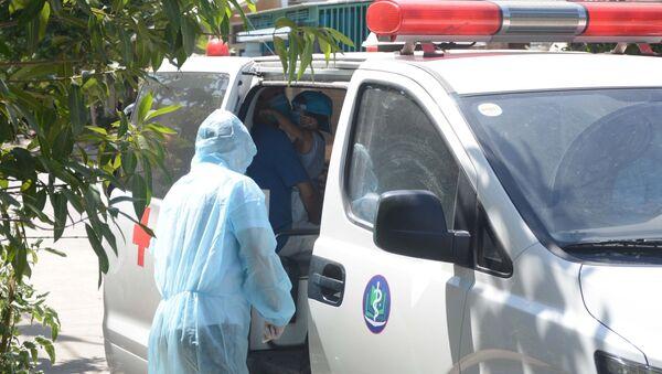 Đưa trường hợp tiếp xúc gần với bệnh nhân nghi nhiễm COVID-19 đi cách ly tại Trung tâm Y tế quận Liên Chiểu. - Sputnik Việt Nam