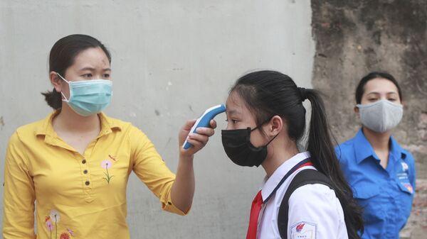 Kiểm tra nhiệt độ tại một trường trung học ở Hà Nội, Việt Nam. - Sputnik Việt Nam