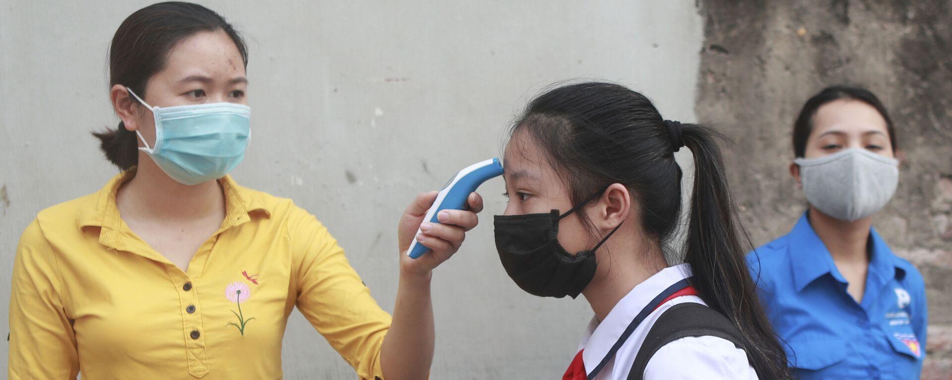 Kiểm tra nhiệt độ tại một trường trung học ở Hà Nội, Việt Nam. - Sputnik Việt Nam, 1920, 09.10.2021