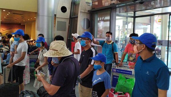 Tất cả hành khách đều thực hiện việc đeo khẩu trang tại Sân bay quốc tế Đà Nẵng. - Sputnik Việt Nam