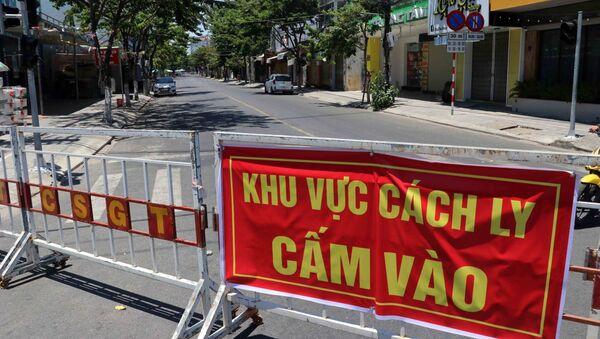 Tuyến đường Nguyễn Thị Minh Khai được ngăn rào chắn phong tỏa để phục vụ công tác phòng chống dịch COVID-19 tại Đà Nẵng. - Sputnik Việt Nam