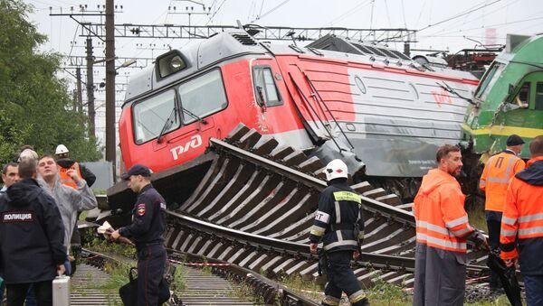 Đầu máy bị trật bánh sau vụ va chạm tại ga Kupchinskaya - Sputnik Việt Nam