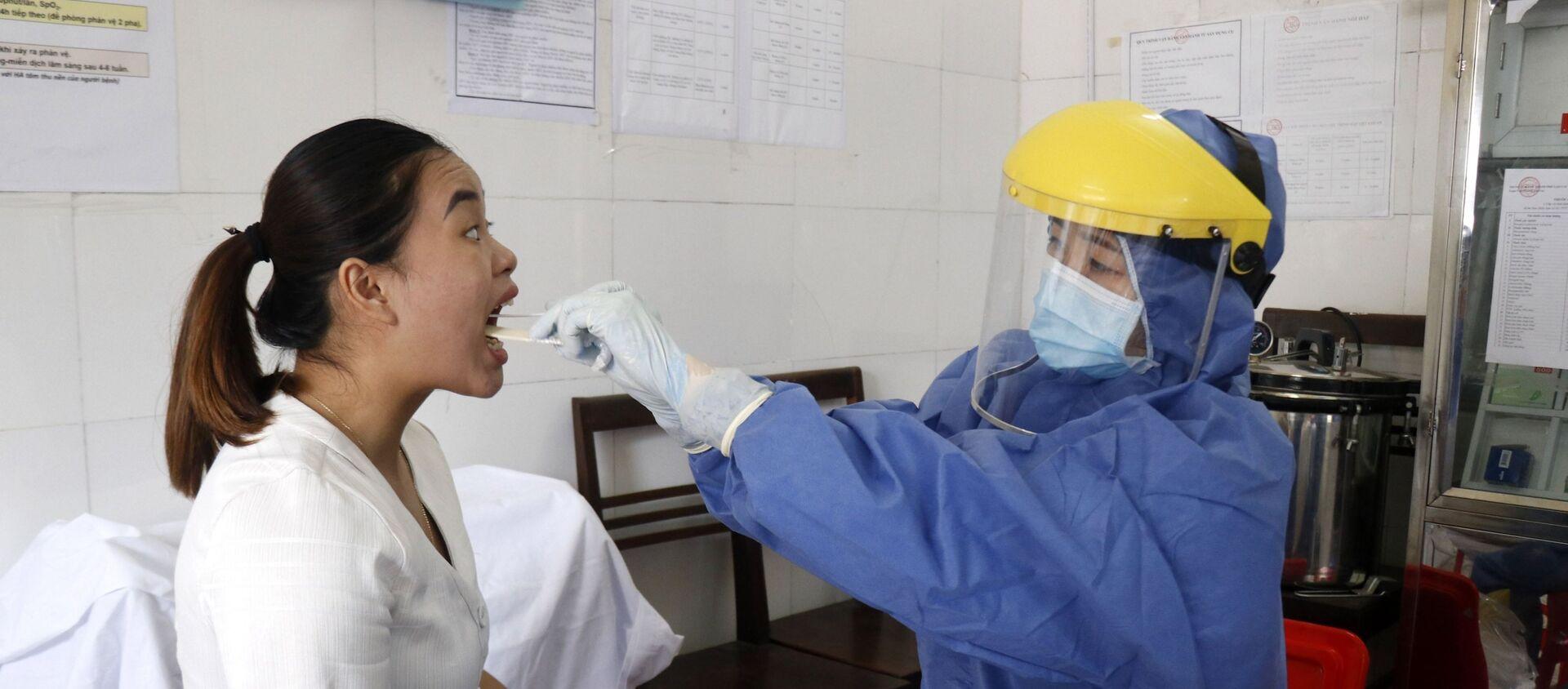 Lấy mẫu xét nghiệm phát hiện sớm SARS-CoV-2 bằng phương pháp Real time – PCR tại thành phố Lào Cai.  - Sputnik Việt Nam, 1920, 29.07.2020