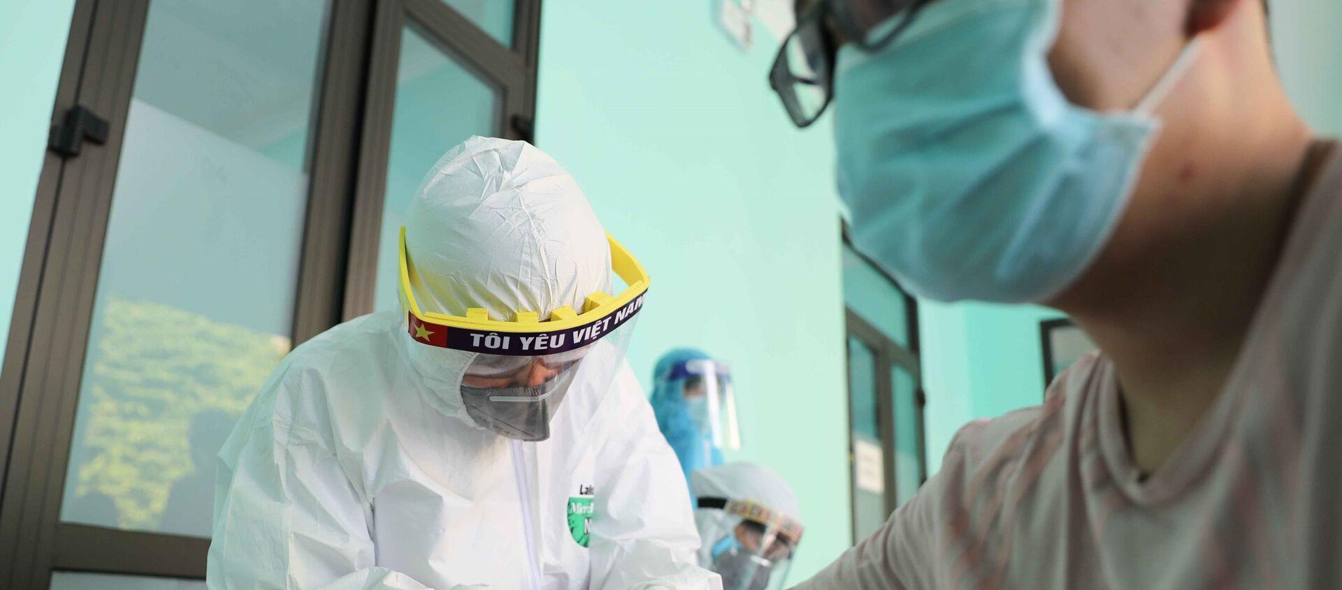 Nhân viên y tế lấy mẫu máu để xét nghiệm nhanh cho người dân tại Trạm Y tế phường Dịch Vọng, quận Cầu Giấy. - Sputnik Việt Nam, 1920, 30.07.2020