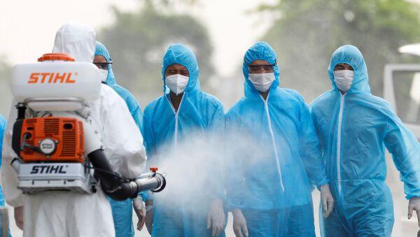 Xịt khử trùng cho công nhân xây dựng Việt Nam trở về từ Guinea Xích đạo - Sputnik Việt Nam