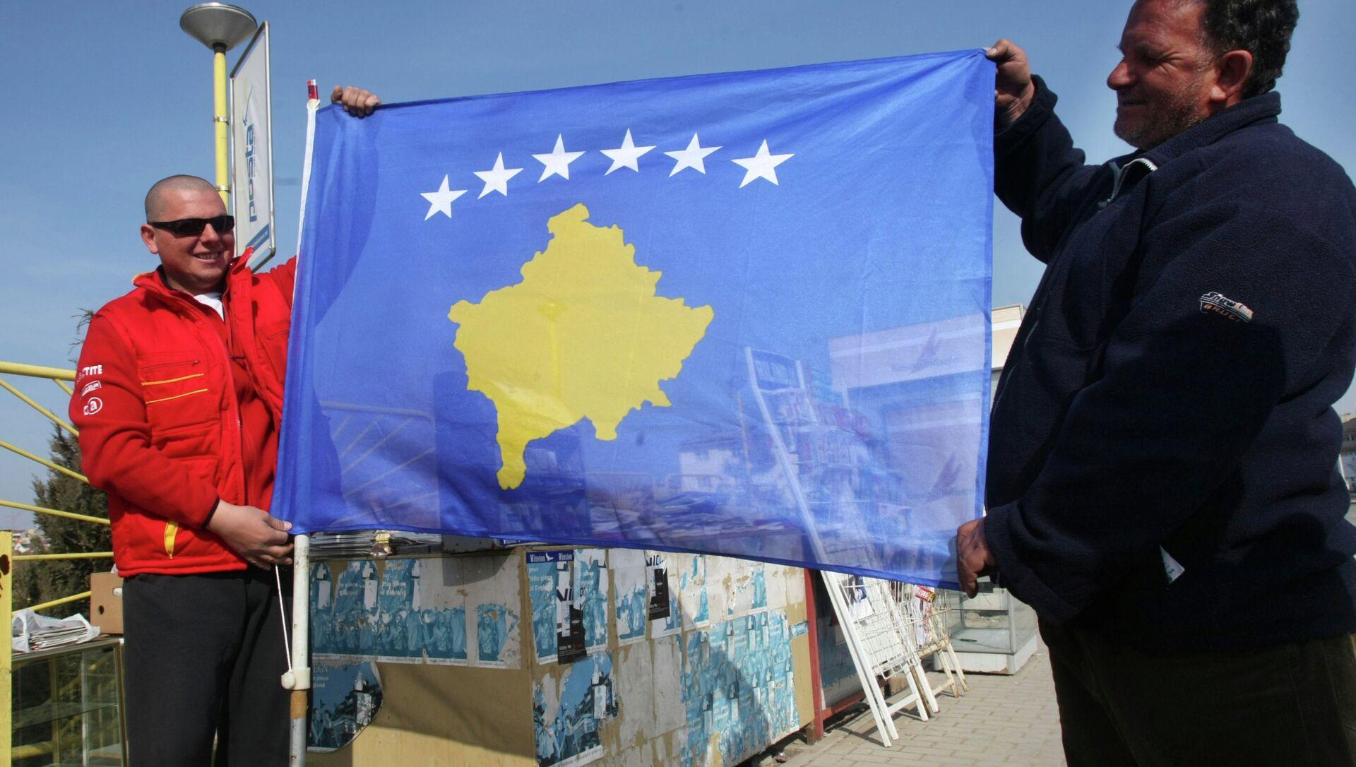 Cư dân của Pristina với lá cờ mới của nước cộng hòa tự xưng Kosovo. - Sputnik Việt Nam, 1920, 03.08.2021