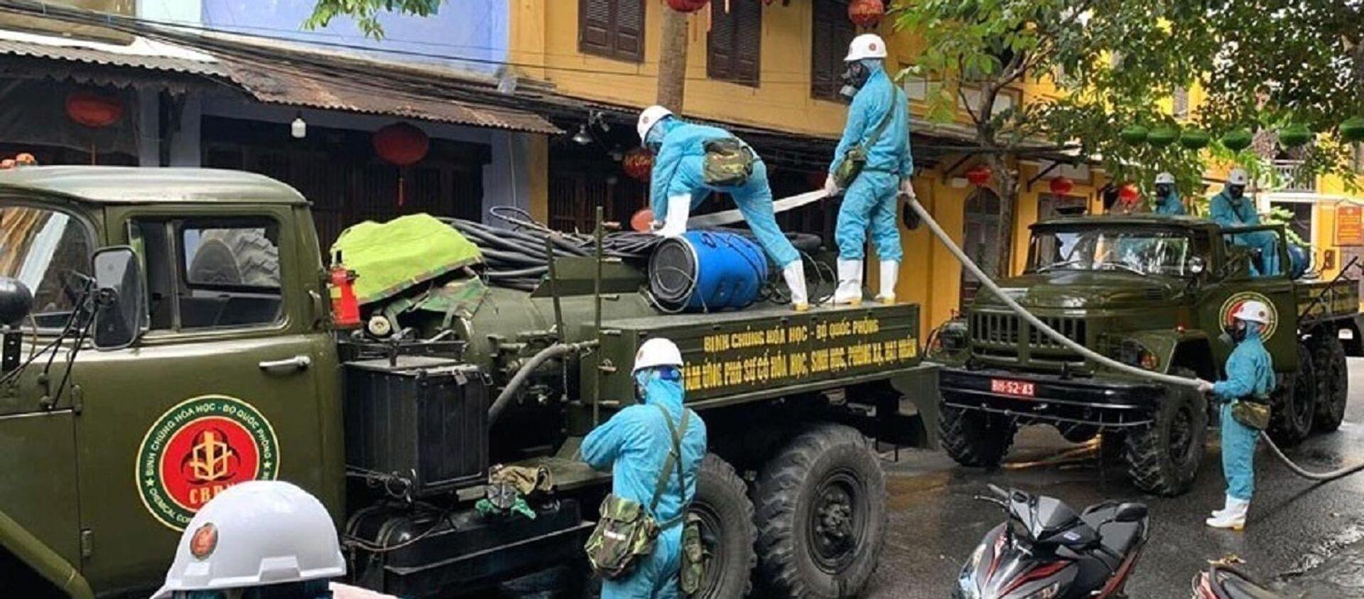 Lực lượng quân đội phun hóa chất khử trùng trên các tuyến phố trọng điểm ở phố cổ Hội An - Sputnik Việt Nam, 1920, 02.08.2020