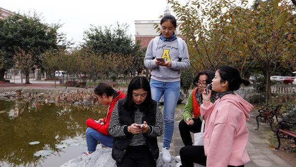 Cô gái với điện thoại thông minh. - Sputnik Việt Nam
