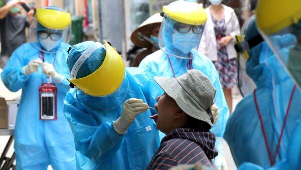 Nhân viên y tế đến tận nhà lấy mẫu xét nghiệm cho người lớn tuổi, sức đề kháng kém có nguy cơ lây nhiễm cao - Sputnik Việt Nam