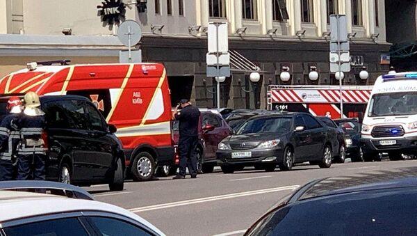 Xe dịch vụ khẩn cấp gần tòa nhà của trung tâm thương mại Leonardo ở Kiev. - Sputnik Việt Nam