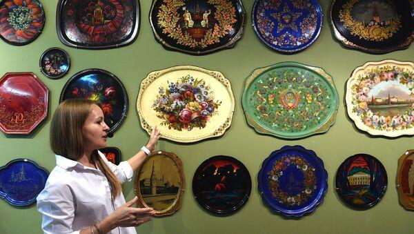 Hướng dẫn viên hướng dẫn khách thăm quan Bảo tàng Nhà máy tranh Zhostovo  - Sputnik Việt Nam