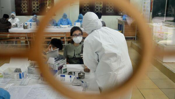 Tại trung tâm kiểm tra Covid-19 nhanh ở Hà Nội  - Sputnik Việt Nam