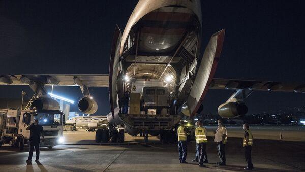 Máy bay IL-76 của Bộ các tình trạng khẩn cấp  Liên bang Nga  chở viện trợ của Nga đến sân bay Beirut. - Sputnik Việt Nam