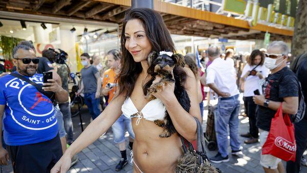Người phụ nữ mặc bikini làm từ khẩu trang trong cuộc biểu tình ở Rotterdam, Hà Lan - Sputnik Việt Nam