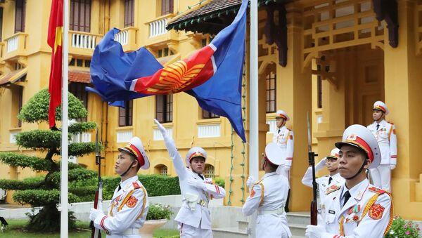 Lực lượng tiêu binh thực hiện nghi thức thượng cờ ASEAN.  - Sputnik Việt Nam