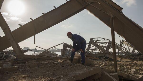 Nhân viên Bộ Tình trạng Khẩn cấp Liên bang Nga trong quá trình dọn dẹp đống đổ nát ở cảng Beirut - Sputnik Việt Nam