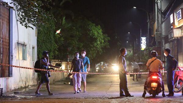 Phong tỏa các lối ra, vào khu vực tòa nhà bệnh nhân 785 sinh sống. - Sputnik Việt Nam