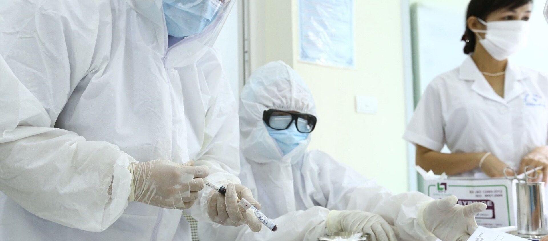 Nhân viên y tế lấy mẫu xét nghiệm nhanh cho người về từ Đà Nẵng, tại phường Bách Khoa và phường Cầu Dền (quận Hai Bà Trưng). - Sputnik Việt Nam, 1920, 08.08.2020