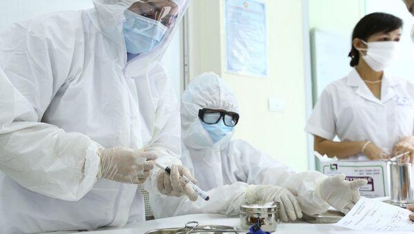 Nhân viên y tế lấy mẫu xét nghiệm nhanh cho người về từ Đà Nẵng, tại phường Bách Khoa và phường Cầu Dền (quận Hai Bà Trưng). - Sputnik Việt Nam