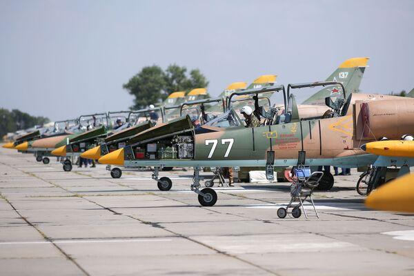 Máy bay L-39 Albatros tại sân bay Kushchevskaya ở Khu vực Krasnodar trước khi các nữ học viên Trường Hàng không Quân sự Cao cấp Krasnodar bắt đầu chuyến bay huấn luyện đầu tiên - Sputnik Việt Nam