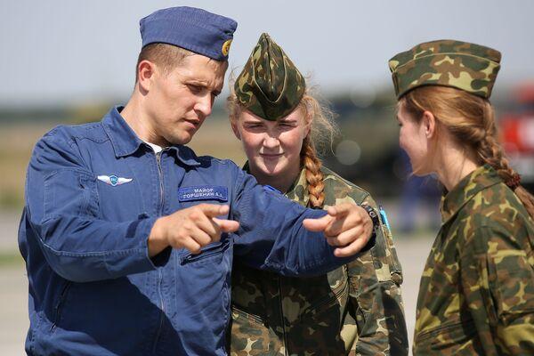 Thầy hướng dẫn chuẩn bị cho các nữ học viên của Trường Hàng không Quân sự Cao cấp Krasnodar bay huấn luyện chuyến đầu tiên trên máy bay L-39 Albatros tại sân bay Kushchevskaya ở Khu vực Krasnodar - Sputnik Việt Nam