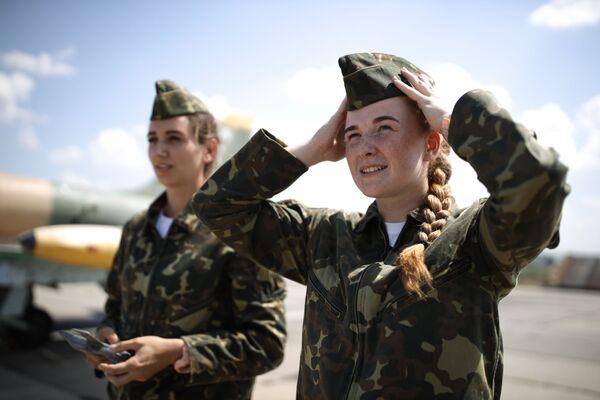 Các nữ học viên Trường Hàng không Quân sự Cao cấp Krasnodar đang chuẩn bị cho chuyến bay huấn luyện đầu tiên trên máy bay L-39 Albatros tại sân bay Kushchevskaya ở Khu vực Krasnodar - Sputnik Việt Nam