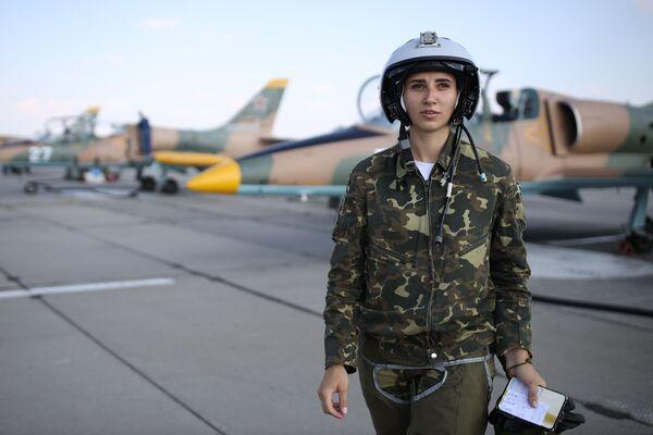Nữ học viên của Trường Hàng không Quân sự Cao cấp Krasnodar chuẩn bị cho chuyến bay huấn luyện đầu tiên trên máy bay L-39 Albatros tại sân bay Kushchevskaya ở Khu vực Krasnodar - Sputnik Việt Nam