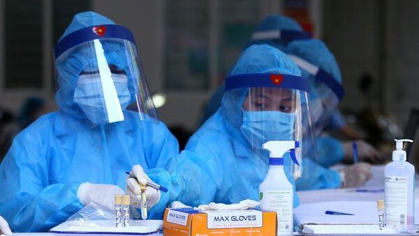 Mẫu được chuyển đến các trung tâm xét nghiệm bằng phương pháp RT-PCR. - Sputnik Việt Nam