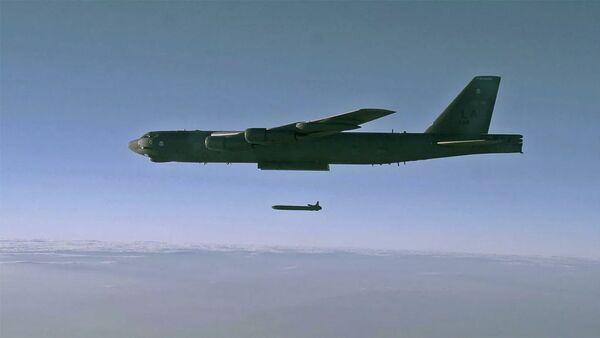 Phóng tên lửa hành trình AGM-86B từ máy bay ném bom chiến lược B-52H Stratofortress trên bãi thử ở Utah - Sputnik Việt Nam
