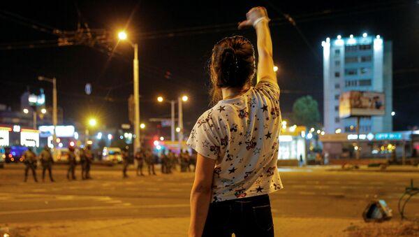 Một cô gái trong cuộc biểu tình ở Minsk sau cuộc bầu cử tổng thống - Sputnik Việt Nam