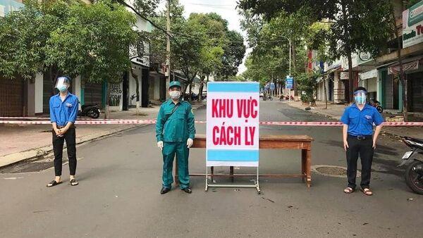 Đoàn viên, thanh niên Phường Thắng Lợi (thành phố Buôn Ma Thuột) tham gia kiểm soát chốt phong tỏa, cách ly. - Sputnik Việt Nam