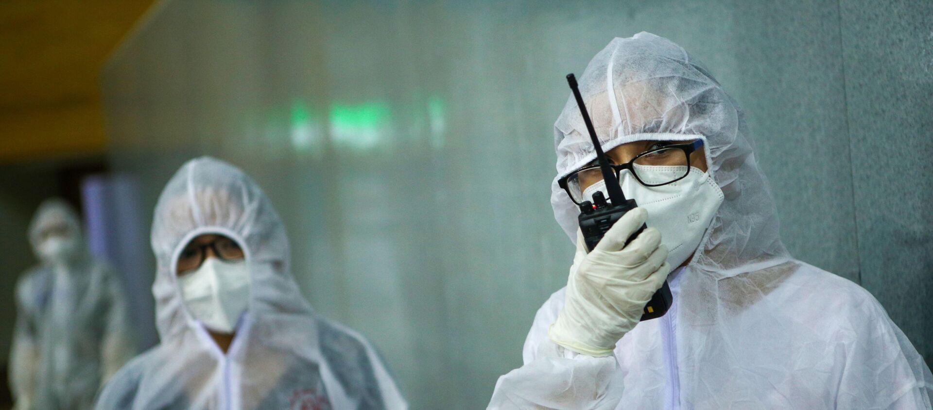 Sử dụng các thiết bị liên lạc hiện đại báo cáo tình hình sức khỏe bệnh nhân trong diễn tập tại Bệnh viện dã chiến Tiên Sơn.  - Sputnik Việt Nam, 1920, 14.08.2020