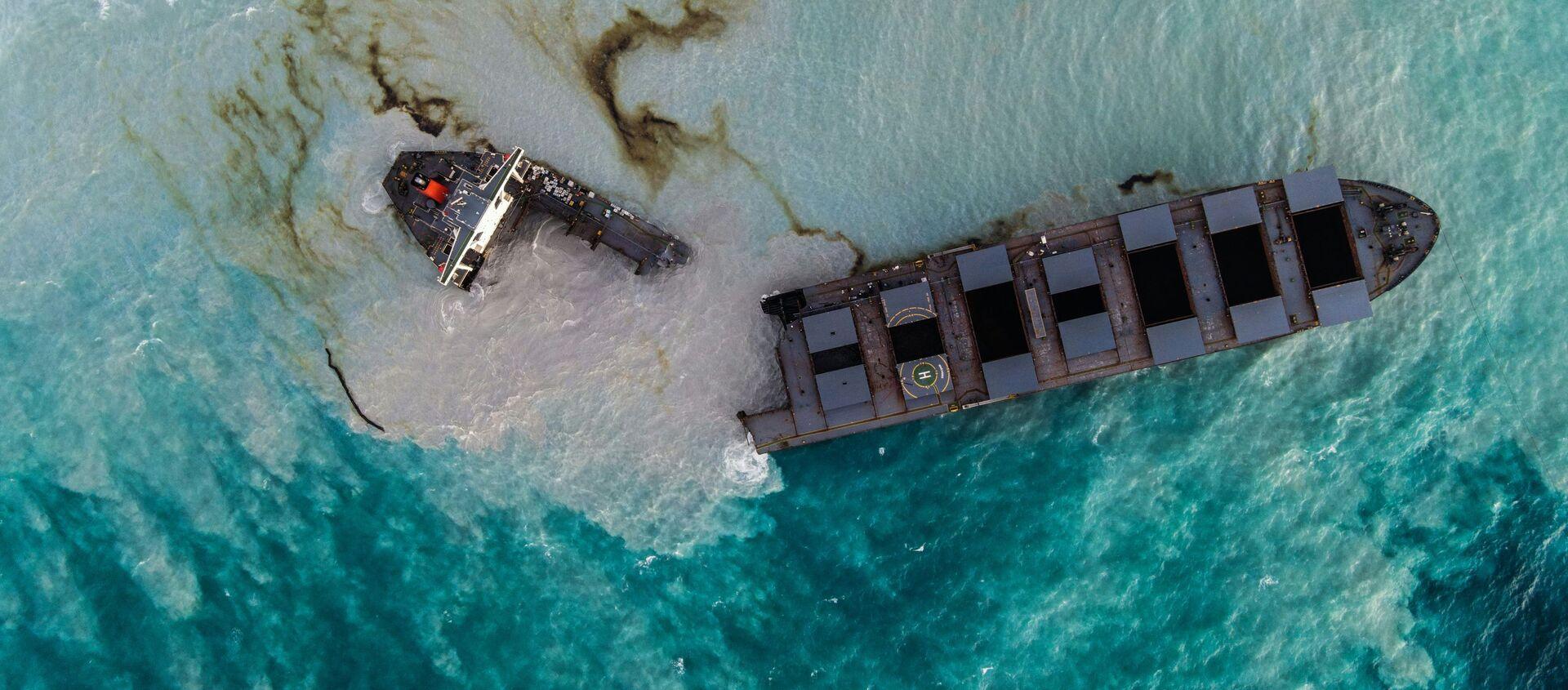 Cảnh từ trên xuống: tàu chở hàng MV Wakashio bị hỏng ngoài khơi bờ biển Mauritius - Sputnik Việt Nam, 1920, 17.08.2020