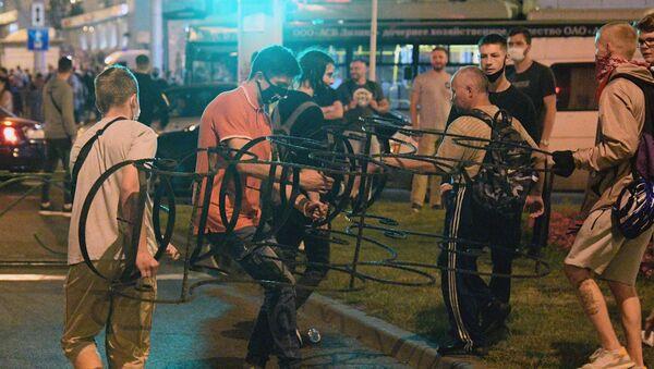 Những người tham gia biểu tình trên một con phố ở Minsk. - Sputnik Việt Nam
